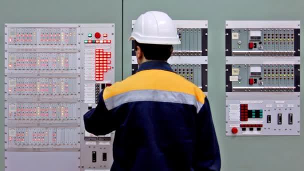 Inženýr kontrolovat dvě desky a listy
