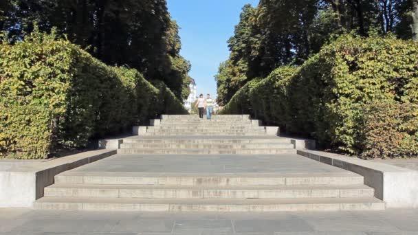 Pár, chůzi po schodech v městě