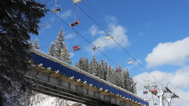 Lyžařské vleky pohybuje přes most v horách