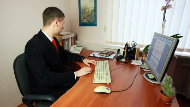 Ember beszél telefonon a munkahelyi