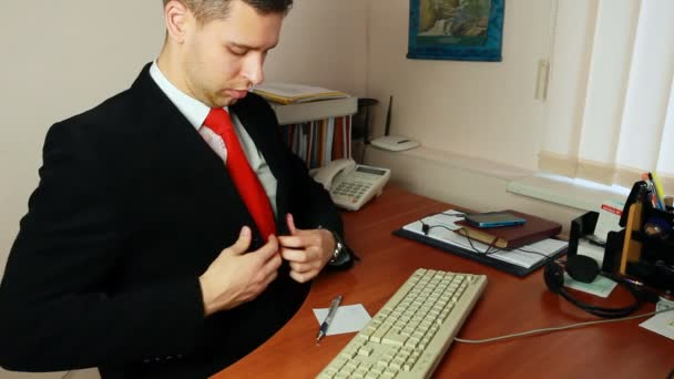Ember beállítja a ruháit a munkahelyen
