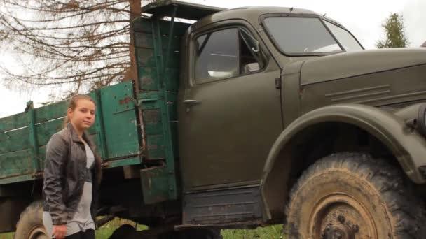 Lány mászik a régi ritka autó