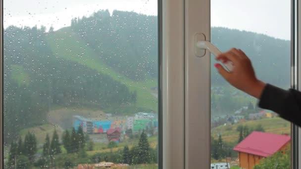 Dívka v okně Sledování