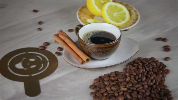 šálek kávy na dřevěný stůl