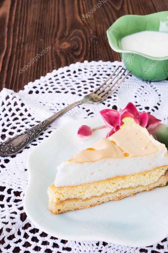 Rebanada de pastel de queso «Lágrimas de Ángel» con una taza de ...