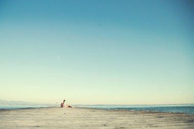 """Картина, постер, плакат, фотообои """"расслабленная женщина отдыхает после долгого путешествия со своим большим чемоданом """", артикул 100221924"""