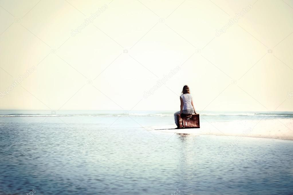 traveler woman resting in front the spectacular ocean