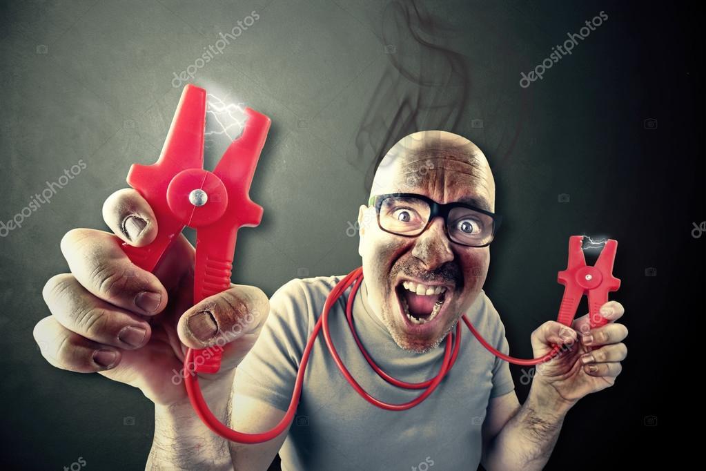 Menschen brauchen Energie halten rote elektrische Drähte — Stockfoto ...