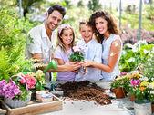 Famiglia felice ha divertimento nel lavoro di giardinaggio