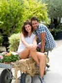 Giovane coppia in posa per una foto in una serra
