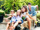 Rodina baví s trakaři ve skleníku