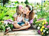 Máma a dcera se bavit v práci zahradnictví