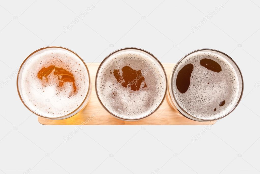 Assortimento di bicchieri di birra isolato su priorit for Bicchieri birra prezzi