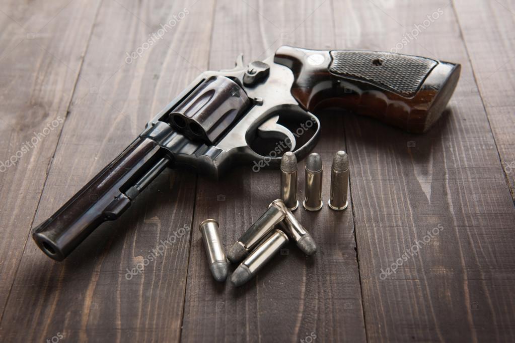 Siyah Tabanca Silah üzerinde Ahşap Arka Plan Izole Mermi Ile Stok