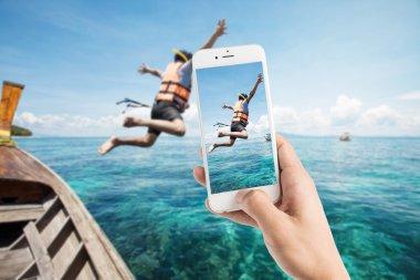 Alarak fotoğraf şnorkel dalgıçlar suya atlamak.