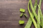 Fotografie Aloevera čerstvé listy na dřevěný stůl
