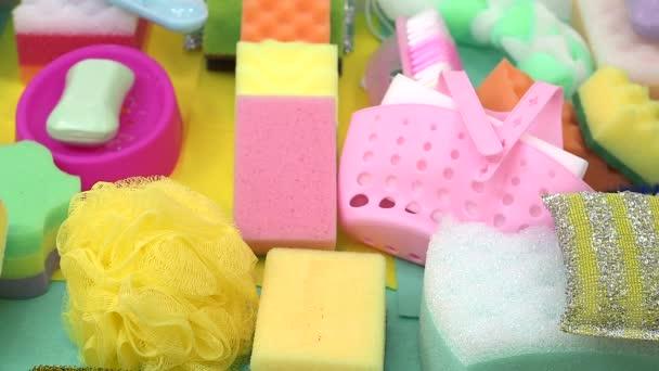 detailní záběr na čisticí prostředky na stole. koncept domácnosti