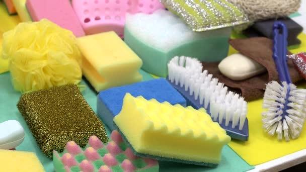 Nahaufnahme von Reinigungsmitteln auf dem Tisch. Haushaltskonzept