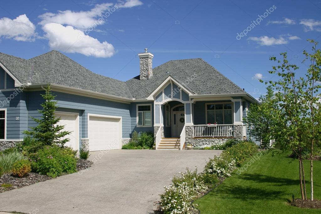 Mooie enkele familie huis met dubbele garage blauw met