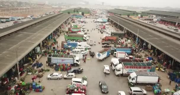 Lima, Lima / Peru - 14. listopadu 2020: Letecké video s dronem na trhu výrobců Mercado Mayorista de Lima. Distribuční terminál pro čerstvé produkty: zeleninu a ovoce. Nákladní vozidla a prodejci.