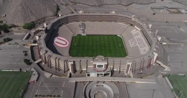 Lima, Lima - Peru - 17. dubna 2021: Letecké video z monumentálního stadionu v Limě Peru. Fotbalový tým Universitario z Peru.