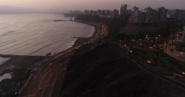 Luftaufnahme mit einer Drohne über der Klippe der Stadt Lima während eines bewölkten Tages am Nachmittag. Nachtautobahn Costa Verde am Pazifik in Peru.