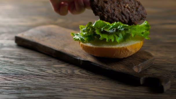 Nahaufnahme der Montage eines Rindfleisch-Hamburgers