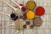 Fotografie Auswahl an indischen Gewürzen auf Bambusmatte