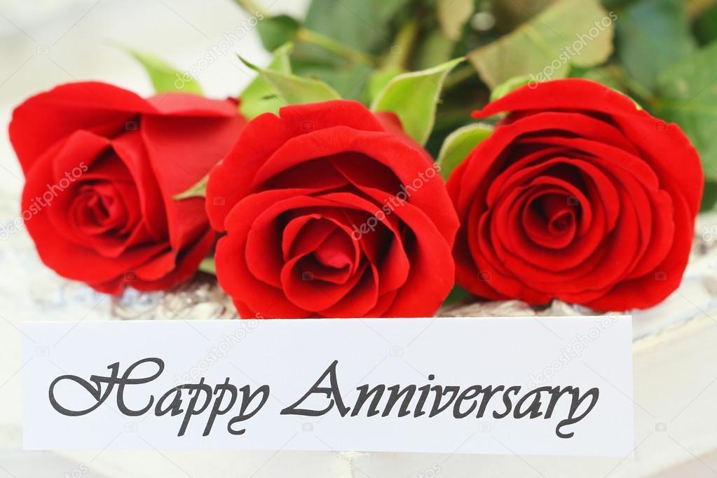 tarjeta feliz del aniversario con tres rosas rojas foto de stock