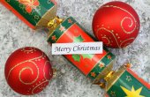 Veselé vánoční přání s červené ozdoby a Christmas cracker