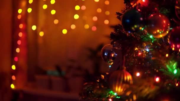 Dekorovaný vánoční stromek s blikajícími světly doma