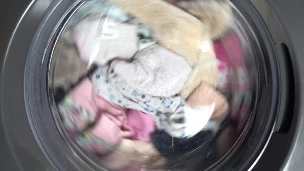 Nahaufnahmen werden in der Trommel der Waschmaschine gewaschen