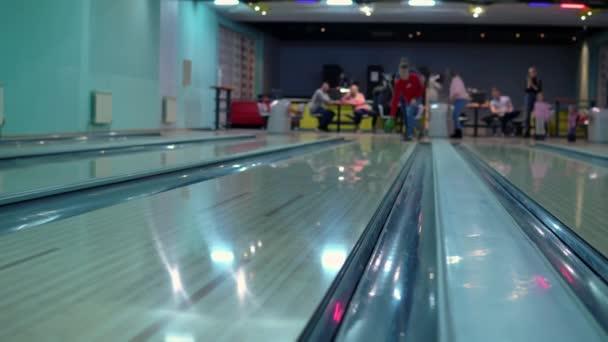 Muž na tebe hodil bowlingovou kouli a minul tě.