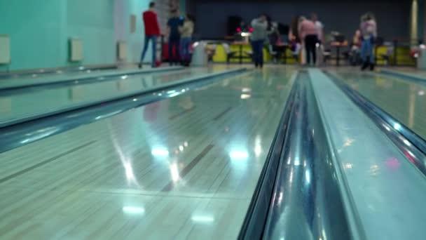 Muž po tobě hodil bowlingovou kouli a míček se kutálel kolem