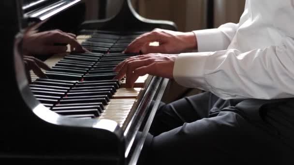 Mann spielt Klavier, aus nächster Nähe
