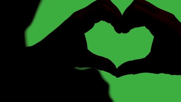 Man Making a Heart kezével, zöld képernyő háttér