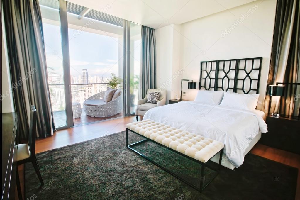 Moderne Luxus Schlafzimmer mit großem Balkon — Stockfoto ...