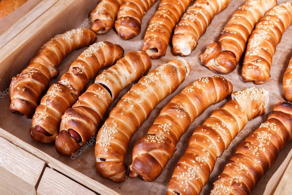 Hot dog with sesame seeds on shelf in Bakery shop. Pastries and bread in a bakery ― Стоковое фото © Valentinjukov #1128052961023 x 682 jpeg 134kB