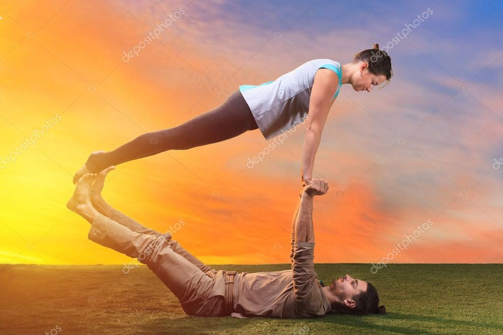 Les Deux Personnes Faire Des Exercices Dyoga Contre Ciel Coucher De Soleil Image Vova130555gmail