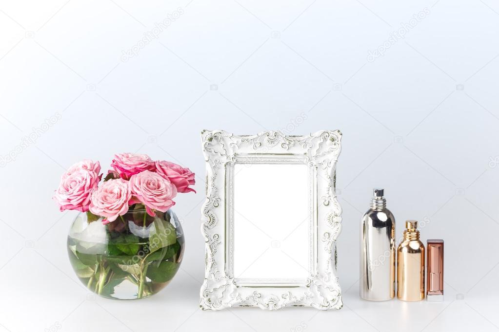 Blumen-Vase und Vintage Frame auf weiß — Stockfoto © vova130555 ...