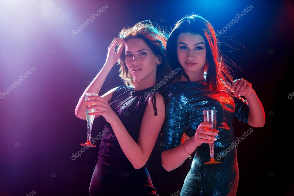 девушки танцуют и дразнят на вечеринке видео