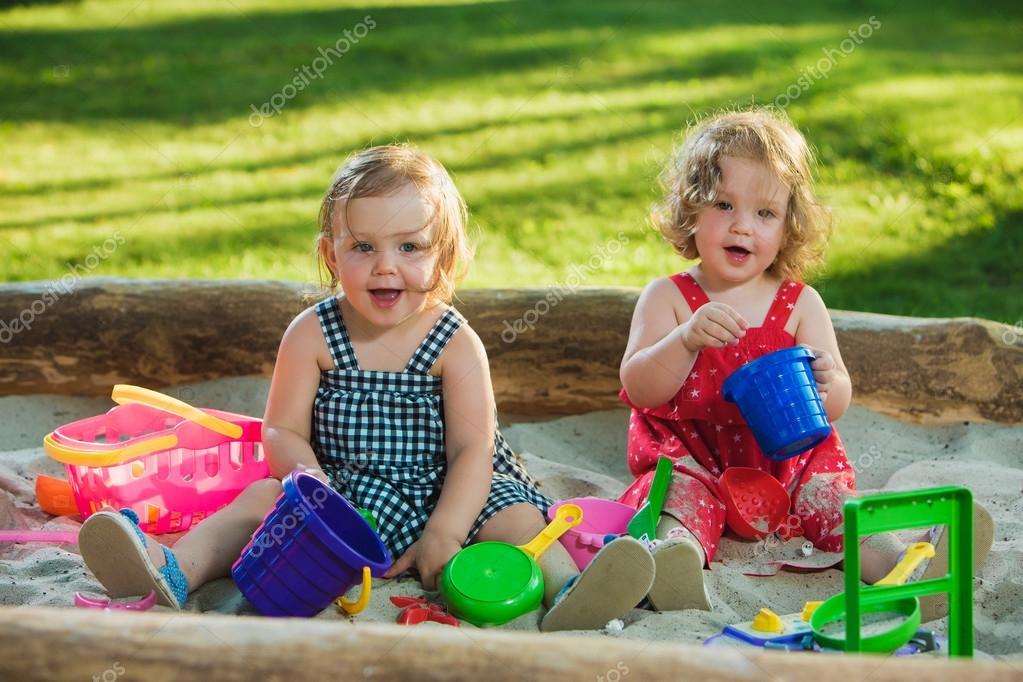 En Arena De — Poco Stock Jugando Los Juguetes Foto Dos Bebé La Niñas 6ybfg7