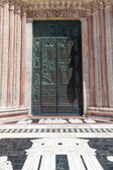 staré kovové dveře