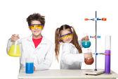 Fotografia Due bambini svegli a lezione di chimica che fa gli esperimenti