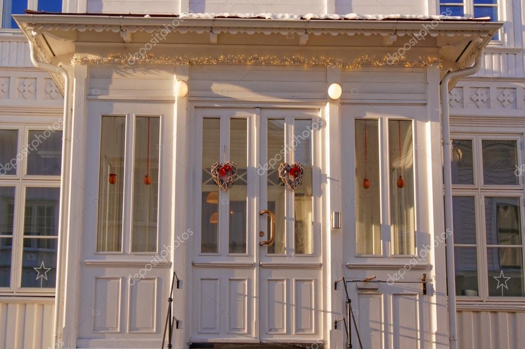 Witte houten ramen bij de ingang van het huis stockfoto mariuszks 63847209 - Ingang van een huis ...