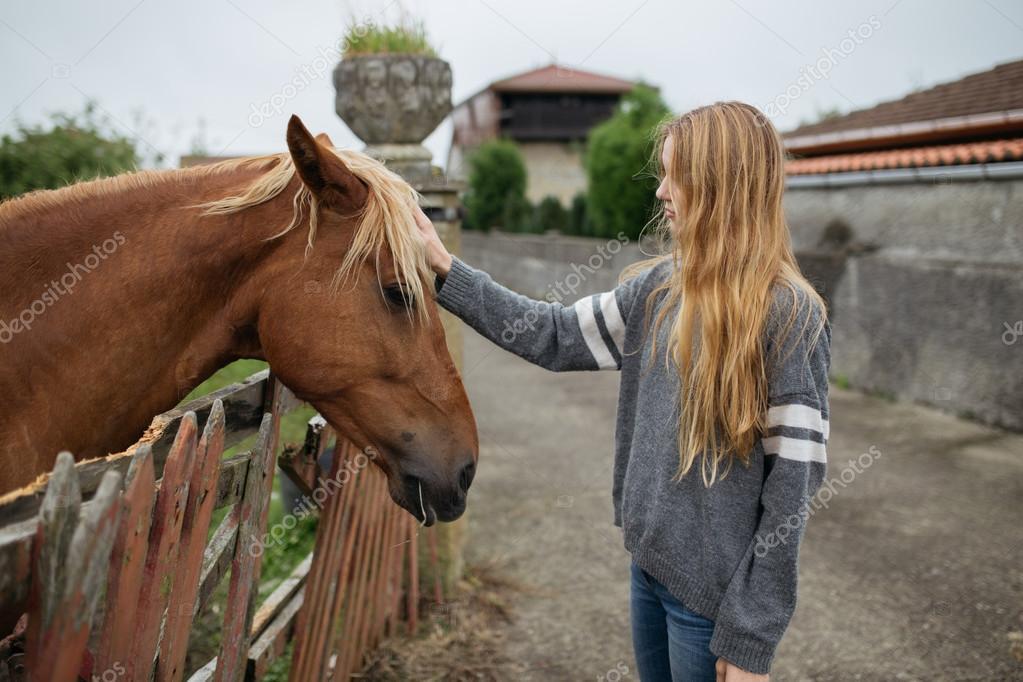 junges blondes mädchen mit pferd  stockfotografie