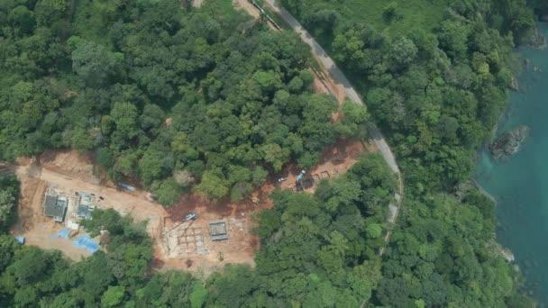 Légi felvételeket épület házak zöld trópusi erdőben