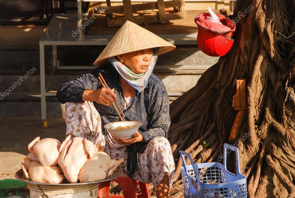 Vietnamese steet vendor have lunch — Foto editorial de stock ... e15c944b82e