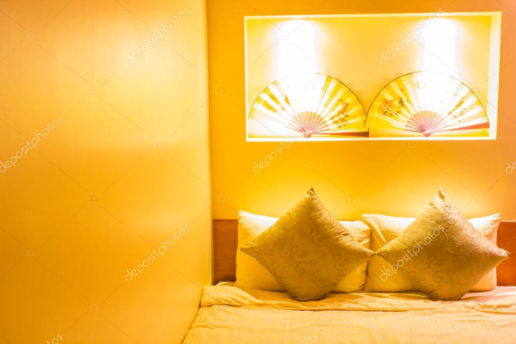 Warme Beleuchtung, die aus schönen Lampen im Schlafzimmer ...