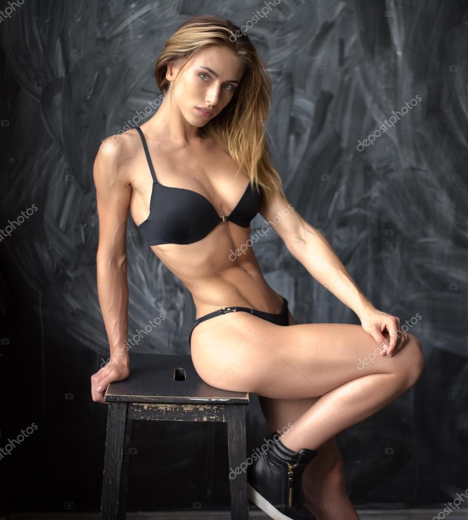 belle jeune fille athl tique en sous v tements sur fond fonc photo 122822554. Black Bedroom Furniture Sets. Home Design Ideas